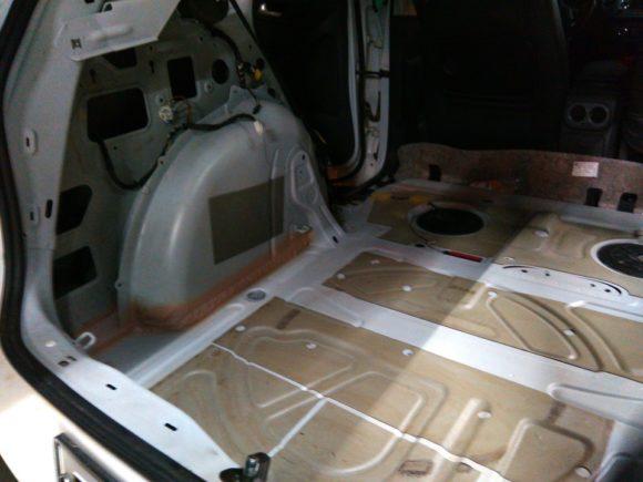 Обработка пола багажника
