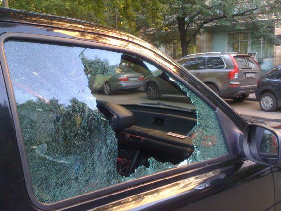 Разбитые после аварии дверные стекла